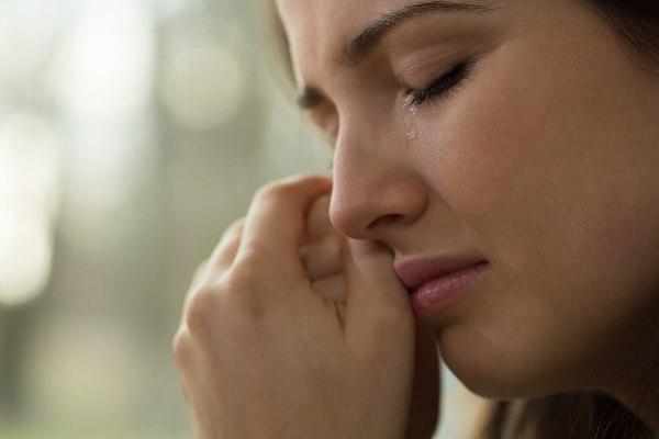 solze tečejo mladi lepi ženski