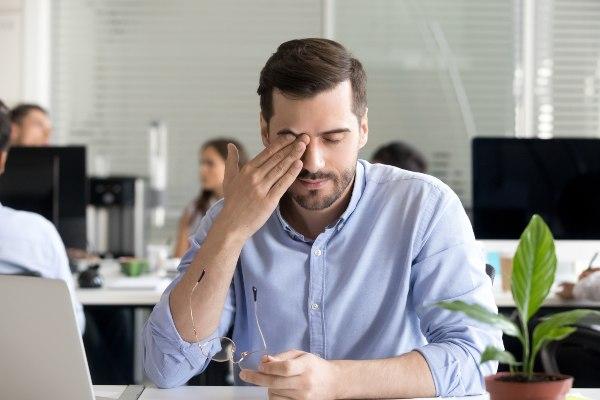 suhe oči pri mladem moškem zaradi pomanjkanja solz